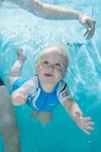 Lue Neon perheen uintitarina Helsingin Vauvauimareiden Facebookista